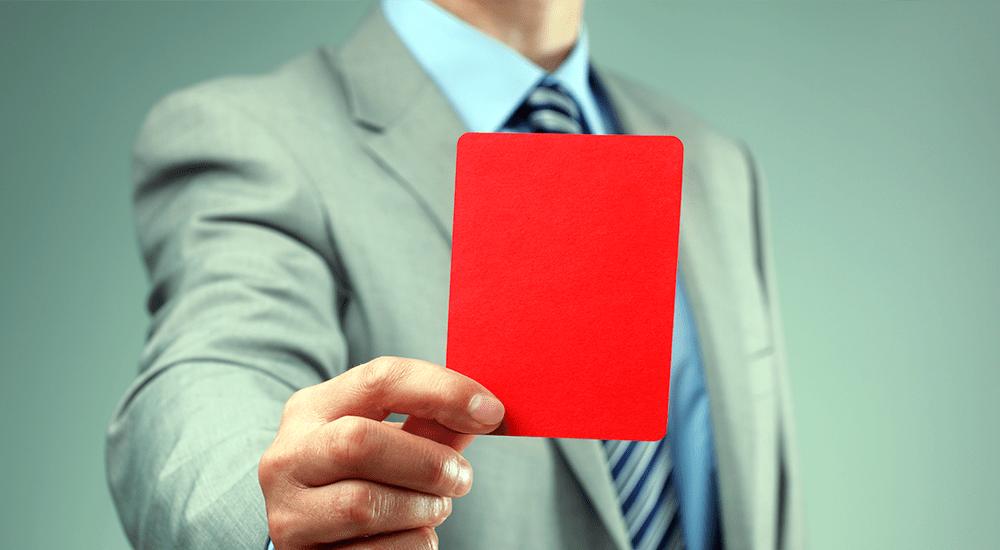 empresario sacando tarjeta roja