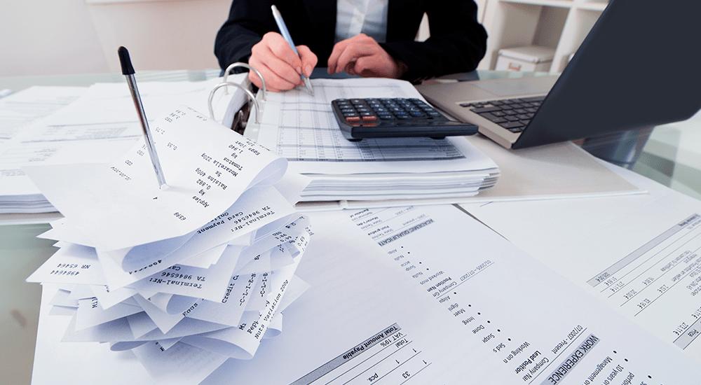 contador realizando cierre contable