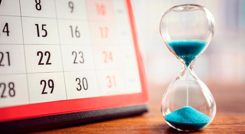 reloj de arena delante de calendario