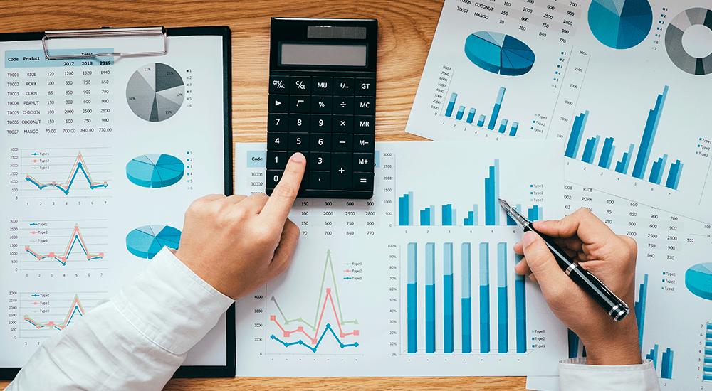 plano cenital de contador revisando reportes de ventas