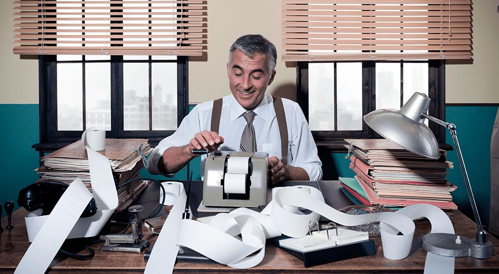 contador haciendo facturas a mano