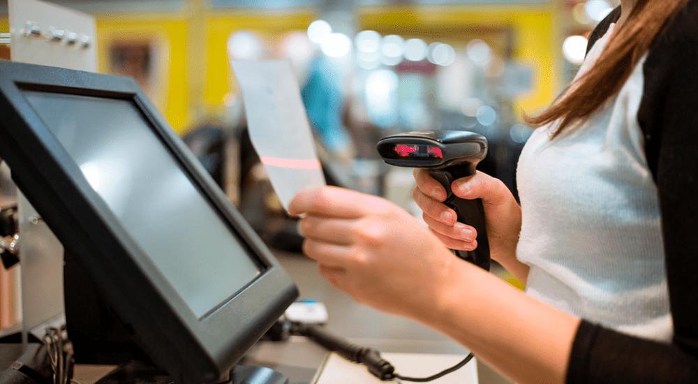 trabajador escaneando factura con lectora de código de barras