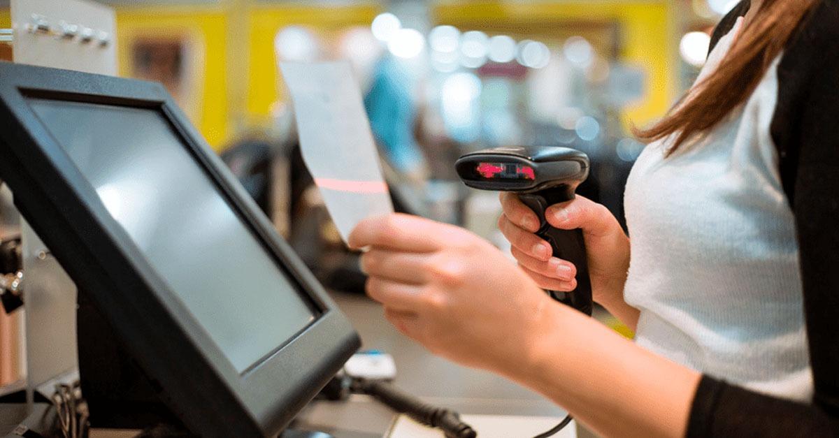 persona en tienda haciendo un comprobantes de pago electrónicos