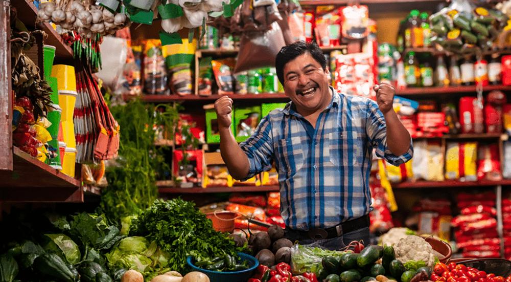emprendedor feliz por que está usando los sistemas tumisoft en su tienda de verduras y plásticos